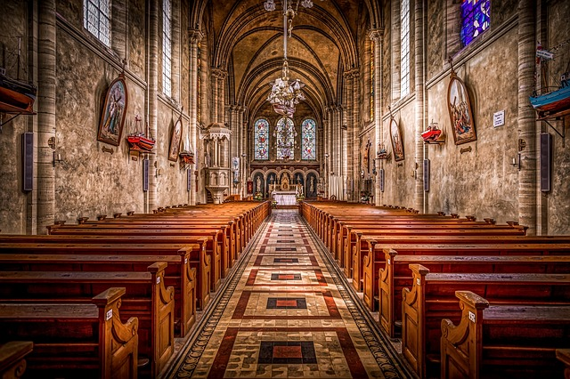 lavičky v kostele